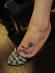 脚背钥匙与字母纹身图案
