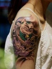 手臂彩色牡丹花招财猫纹身图片
