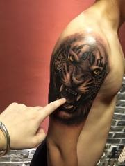 手臂下山虎逼真纹身图案
