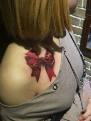 肩部逼真的蝴蝶结彩绘纹身图案