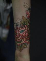 个性手臂彩绘菊花蜻蜓纹身图案