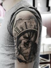 手臂时钟肖像英文纹身图案