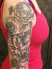 女孩手臂花朵相机黑色线条纹身图案