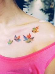 锁骨美丽的枫叶彩绘纹身图案