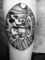 小臂上的椭圆里的可爱米奇图案纹身