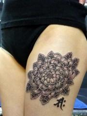 性感美女大腿上菊花和汉字纹身图案