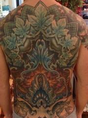 满背个性创意的树叶纹身图案