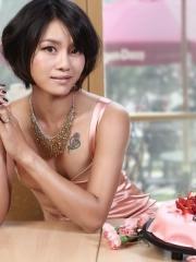 夏日李娜清凉出镜胸部性感玫瑰纹身图案