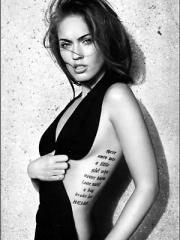 性感女神梅根福克斯腰部英文字母纹身图案