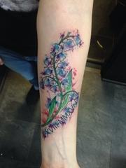手前臂上漂亮的水彩小花图案纹身