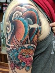 大臂上漂亮的全色龙图案纹身