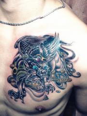男性胸部華麗的貔貅紋身圖案