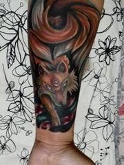 小臂上漂亮的彩色狐狸图案纹身图片
