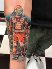 小臂上的彩色太空人纹身图片