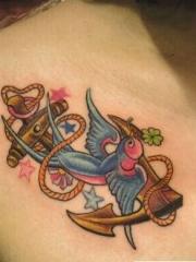女生胸部漂亮小燕子与船锚纹身图案