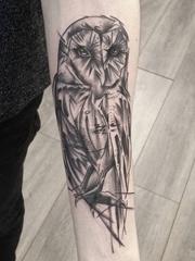 手小臂膀素描风格猫头鹰纹身图片