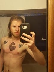 男性胸部上的阁下双燕和圣心纹身图片