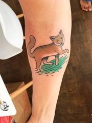 手前臂上一只可爱的小狐狸纹身