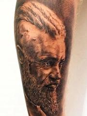 小腿上的影视明星Ragnar Lothbrok肖像图案纹身