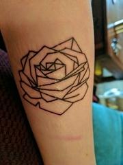手臂上简单的黑色线条风格玫瑰花纹身