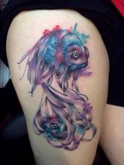 大腿水彩金鱼个性纹身图案
