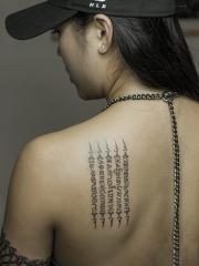 美女后背经文字符个性纹身图案