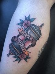 小腿上彩色传统纹身沙漏和英文和小花朵纹身图片