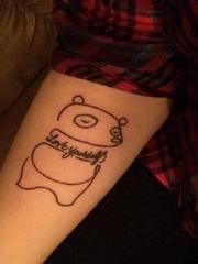 美女可爱的简单个性线条纹身手腕英文和狗纹身图片