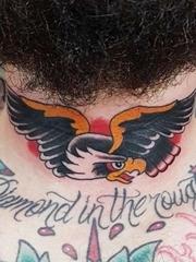 黑色传统纹身脖子老鹰纹身植物图片