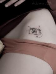 性感腰部的迷你相机纹身图案