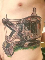 男性侧肋上彩色老式挖土机器人纹身图片