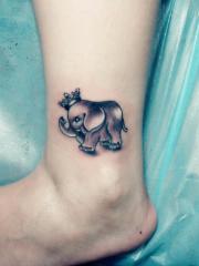 脚踝可爱的小象皇冠纹身图案