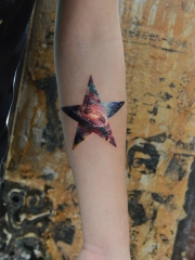 手臂五角星星空水彩紋身圖案