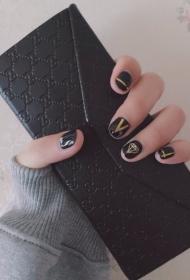簡單大方的黑色搭配金銀線和個性圖案美甲款式圖片