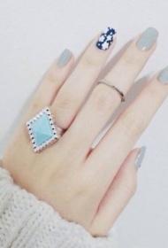 2017新款好看的奶奶灰搭配深藍色彩繪花朵美甲圖片