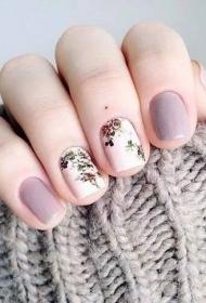 2017新款春季白色彩绘花朵搭配烟灰色美甲图片