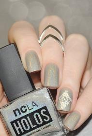 時尚的奶奶灰閃粉蔻丹平頭短指甲美甲圖片