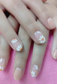 韓國小清新簡單的裸色搭配白色小菊花圖案美甲款式