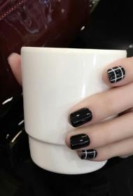 簡單又好看的黑色QQ甲搭配白色條紋美甲款式圖片