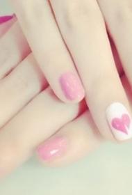 水嫩的粉色愛心圖案美甲圖片