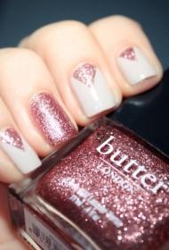 簡單的粉色三角形亮片搭配白色平頭短指甲美甲圖片