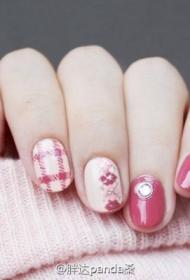 2017新款粉嫩顯白的貼鉆搭配彩繪美甲圖片