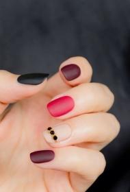 簡單的磨砂指甲貼鉆美甲圖片