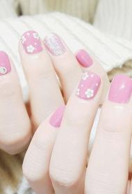 显白嫩粉色彩绘花朵图案搭配贴钻法式美甲图片