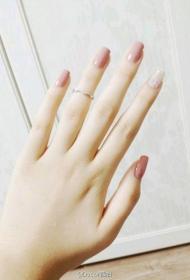 簡單又好看的顯白裸色方頭長指甲美甲圖片