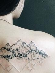 女生背部黑白纹身点刺技巧纹身风景图片