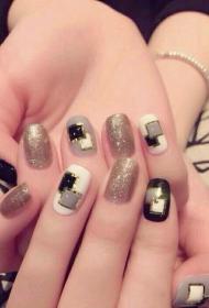 时尚又好看的创意几何图案搭配金银线美甲款式图片