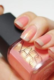 简单的粉红色搭配裸色法式美甲图片