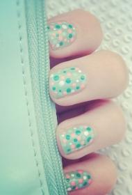 春夏季小清新淺綠色波點美甲款式圖片