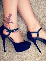 女生脚踝上简约纹身图案